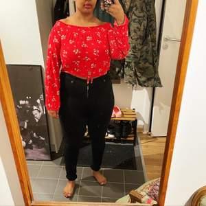 Röd topp från H&M med möjlighet till bara axlar pga resår upptill. Liten knut på maggen. Mjuk och skön. I gott skick. Strl M. 60 kr + frakt tillkommer. 🌹