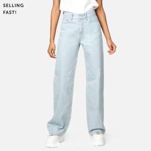Säljer nu mina super snygga jeans köpta på junkyard. Byxorna är i ett väldigt fint skick och har inget tecken på användning. Köpta för 500kr , säljer de för 250+frakt varav skicket! Hör gärna av dig på meddelanden för fler frågor