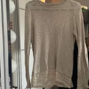 En superfin och mjuk stickad beige tröja från Hollister. Spetskant nertill 🤍 skicket är jättefint!