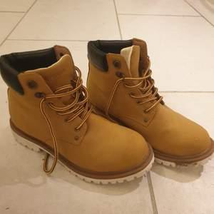 Everest skor i strl 39. Använda 2-3 ggr. Säljes då dem inte är min stil längre. Nypris 600 kr, säljes väldigt billigt. Bud från 200. Frakten är 66 kr.