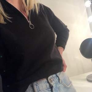 Sweatshirt med dragkedja från Pull&Bear. Mjuk insida. Använd bara några enstaka gånger. Frakt ingår i priset.