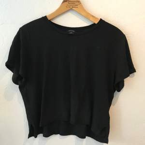 Snygg svart t-shirt. Snitt i ändarna. Cropped. Frakt ingår.