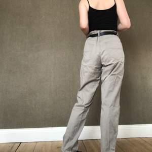 Beiga byxor som sitter bra med ett bälte i midjan på mig som är 36, köpt på secondhand:)
