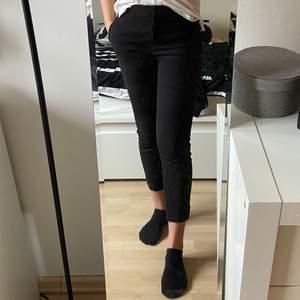 Säljer dessa svarta kostymbyxor från H&M i storlek 36. Är själv en 36 men de kan troligtvis även passa en mindre 38🎉 hör av er vid intresse!
