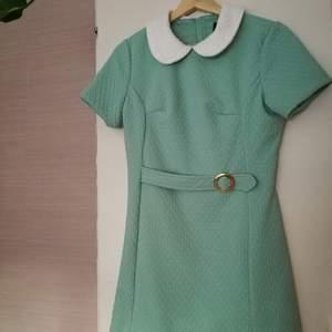 Passar nog en S bäst, den är lite tajt på mig. Men denna klänning förjänar att användas eller hänga på någons vägg! 💥 Spana gärna in mina andra annonser! Fixar gärna paketpris eller liknande! 💥