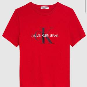 En röd ck t-shirt storlek xs skirv för mera bilder❤️😊