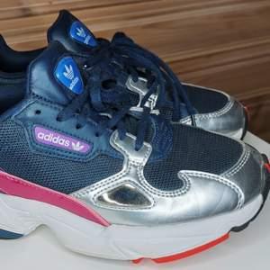 Adidas falcon blå/silver i storlek 37 1/3. Använda max 5 gånger