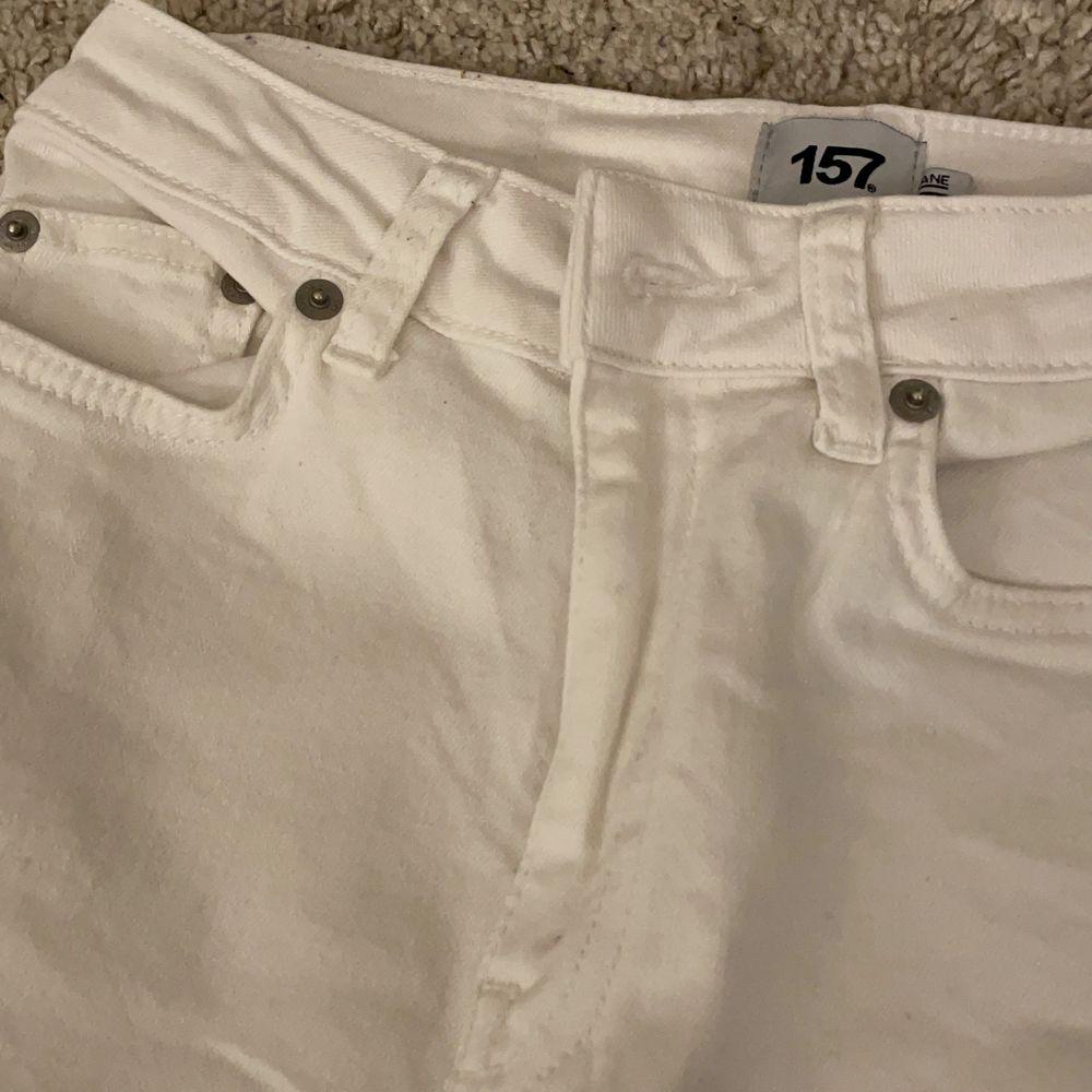Nya Jeans i storlek XS. Har bara används ca 2 gånger! Längst ner ser du denna fina detalj med fransar som gör att dessa byxor är så fantastiskt fina🤪. Jeans & Byxor.
