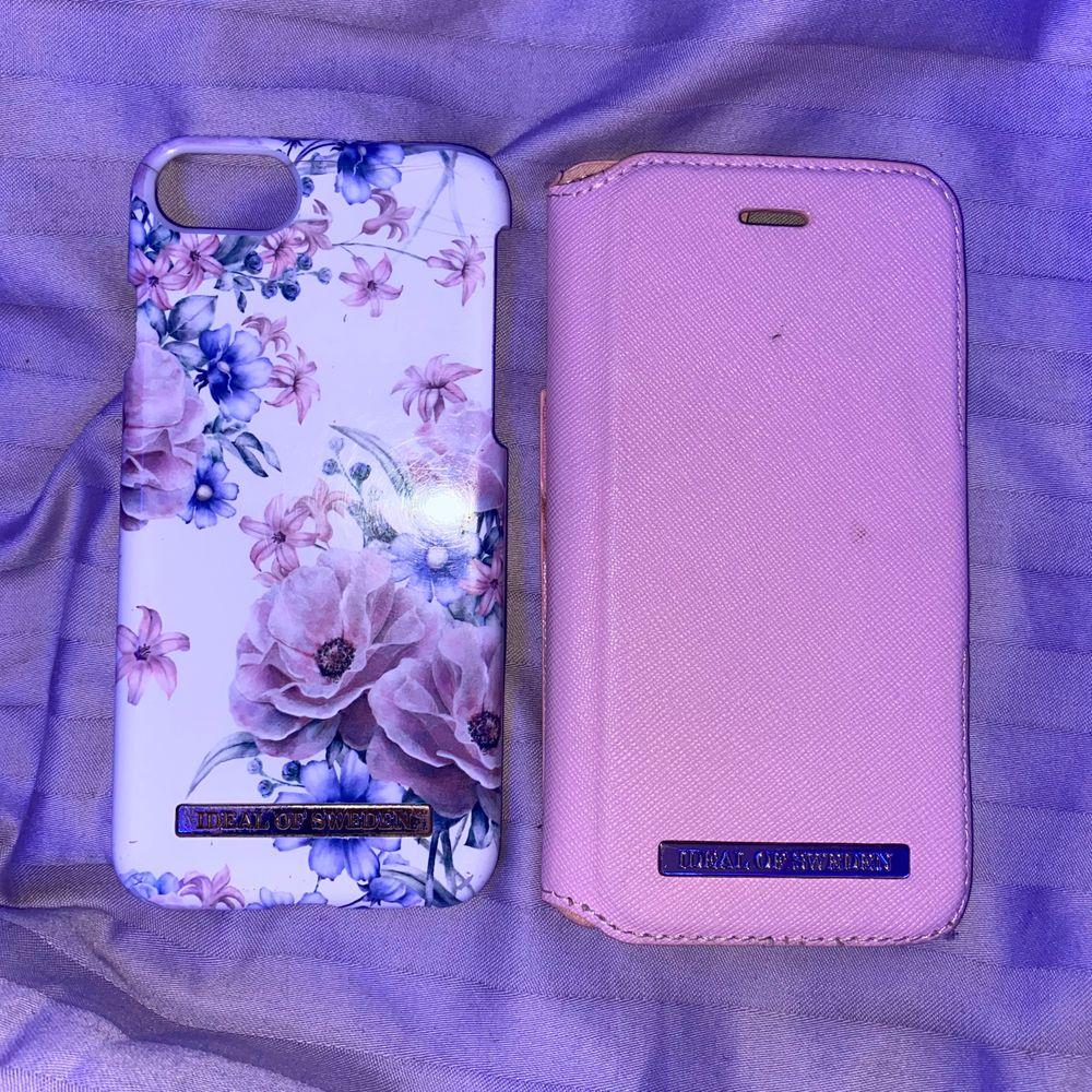 Säljer ideal of sweden skal till iPhone 6-8 då jag nu har en annan telefon. Skalen är lite smutsiga och trasiga därav det låga priset, magnetskalet har även en spricka upptill som syns på sista bilden. Annars inga hål eller skador och funkar än så länge precis som det ska, men kan inte garantera att magnetskalet håller om man är oförsiktig men är som sagt värderad därefter. 50kr + 24kr frakt för båda, kan säljas separat och då 25kr + 12kr frakt för hårda skalet eller 35kr + 12kr frakt för plånboksfodralet!. Accessoarer.