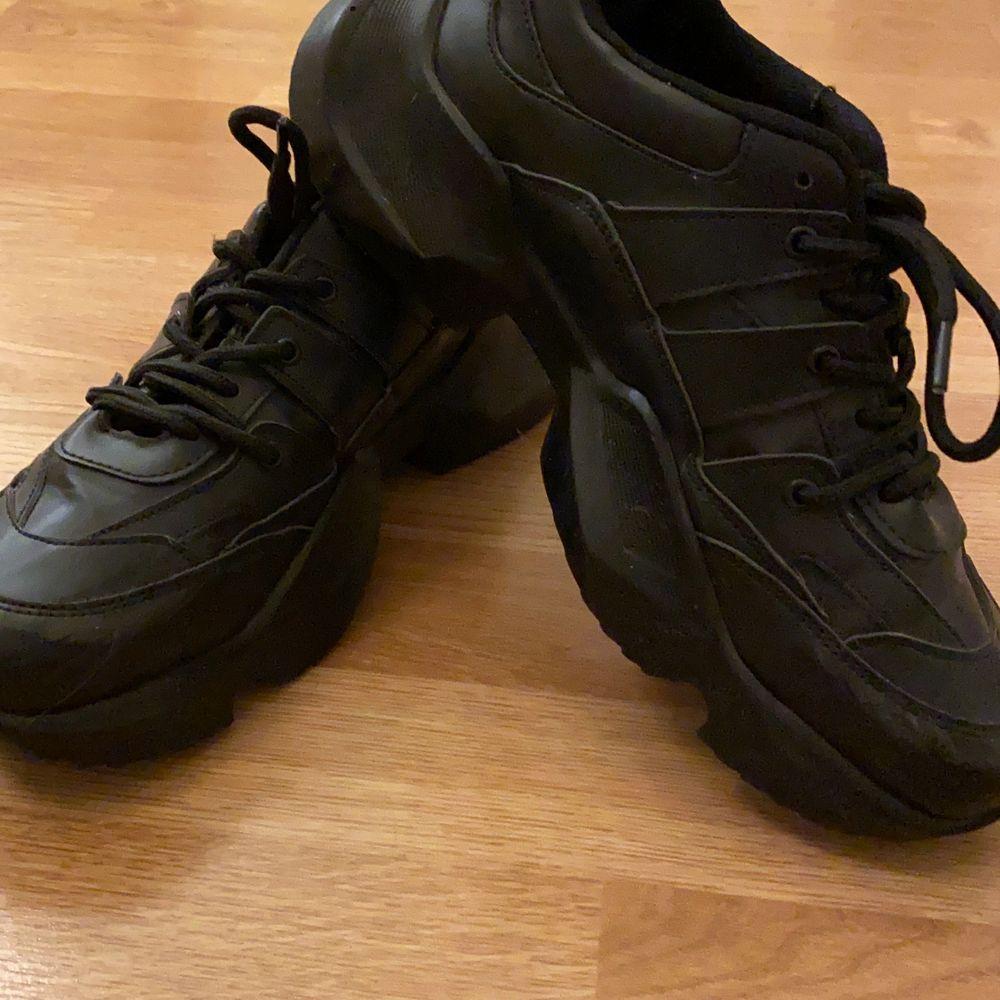 Svarta chunky sneakers från Danny Saucedos kollektion på Nakd. Använda en gång. Normal passform. . Skor.