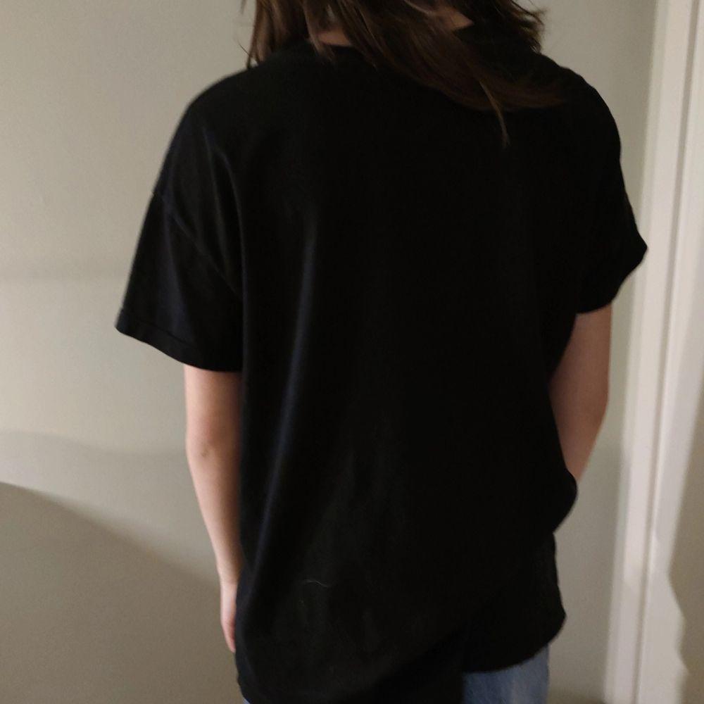 En tröja från berhska som är oversized. Köparen står för frakt. T-shirts.