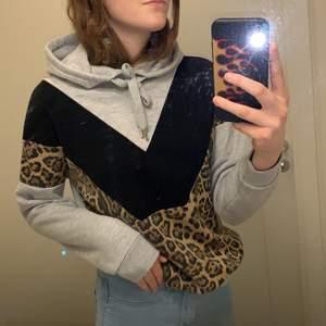 Jag säljer nu min hoodie från New Yorker. Hoodien är inget fel på och den är i nytt skick. Hoodien är i storlek XXS men är ganska stor för storleken, den passar mig och jag har vanligtvis S eller M i storlekar på hoodies. Skriv till mig om du är intresserad! 💕