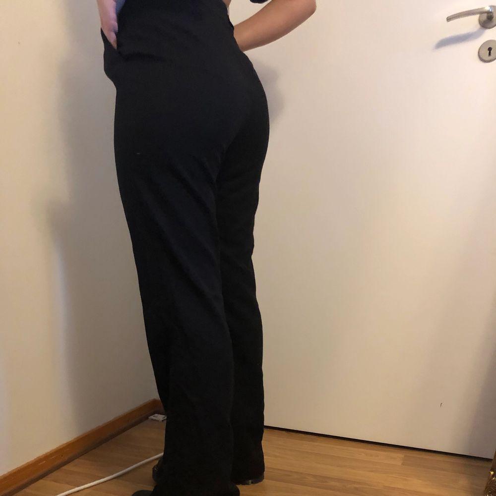 Säljer mina kostymbyxor ifrån Carin Wester som tyvärr är för långa på mig. . Jeans & Byxor.