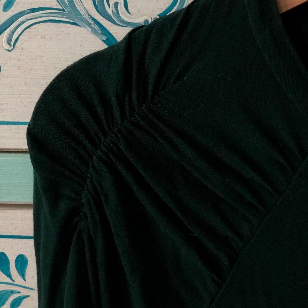 En vacker grön tröja. Väldigt elegant och sitter fint på kroppen. Den har vackra detaljer på både axlarna och armarna, vilket för den extra fin. Som första pris ligger den på 50 kr + frakt. Skriv gärna bud i kommentarsfältet. . Tröjor & Koftor.