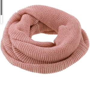 Stickad tubhalsduk i ljusrosa färg 💓 den första bilden är inte exakt samma halsduk som den jag har. Har bara den bilden så ni ser vilken typ av halsduk det är, alltså tubhalsduk 😊