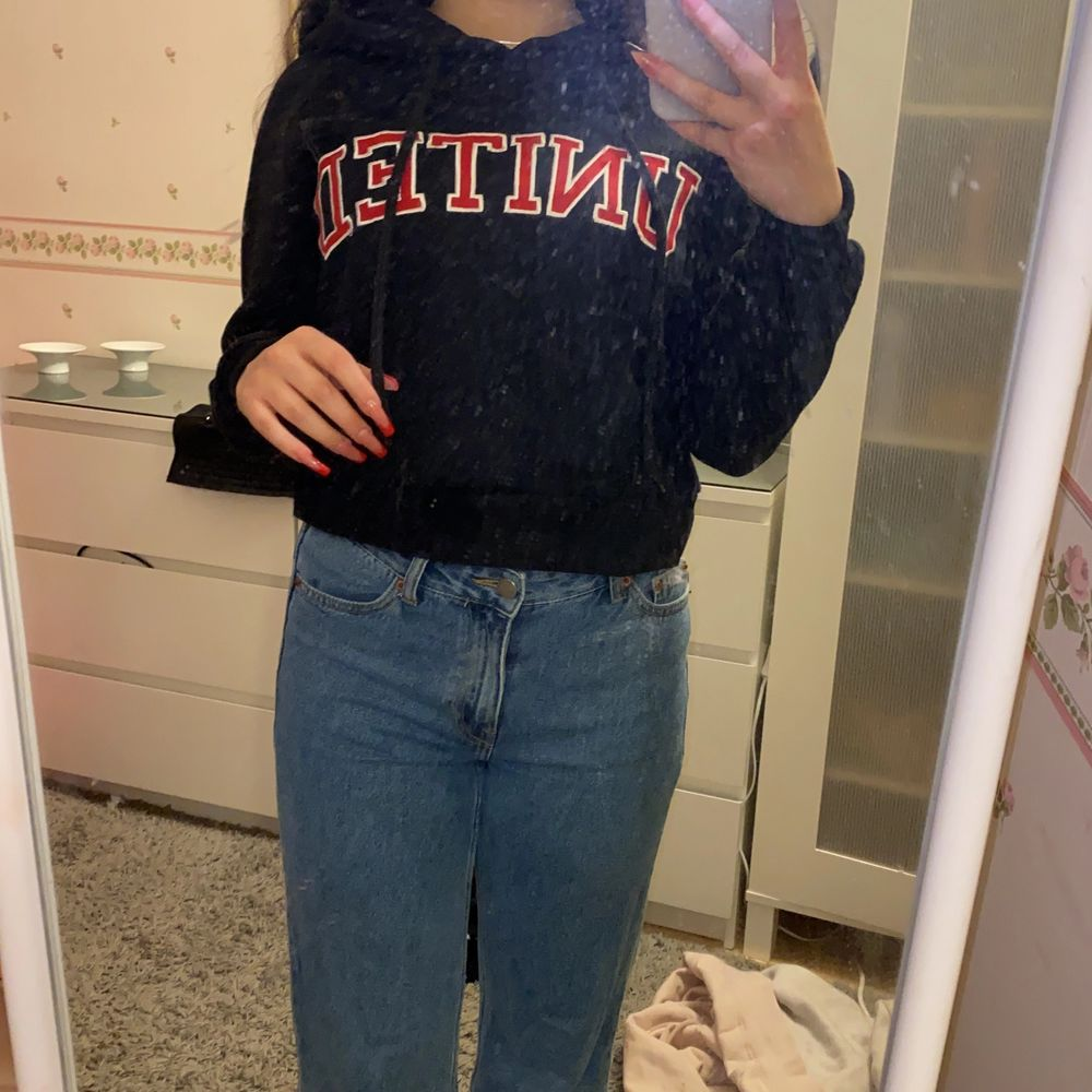 En hoodie som är använd några fåtal gånger, men bra skick! Säljs pågrund av blivit för liten. Huvtröjor & Träningströjor.