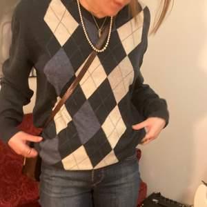 Snygg, långärmad tröja i gubbrutigt mönster. Skönt material. Funkar både på herr och dam. Vi har S dam och M herr. Puss <3