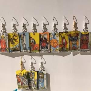 🌞örhängen med tarotcards som jag gör på beställning🌞 går att blanda olika eller matchande par🌞guld eller silver får man också välja🌞 inte vattentåliga🌞 har en till annons med tarotcards🌞 ✨12kr frakt✨