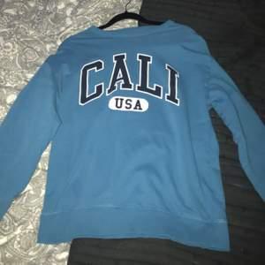 Säljer denna fina blåa långärmade tröjan! Använd max 5 gånger
