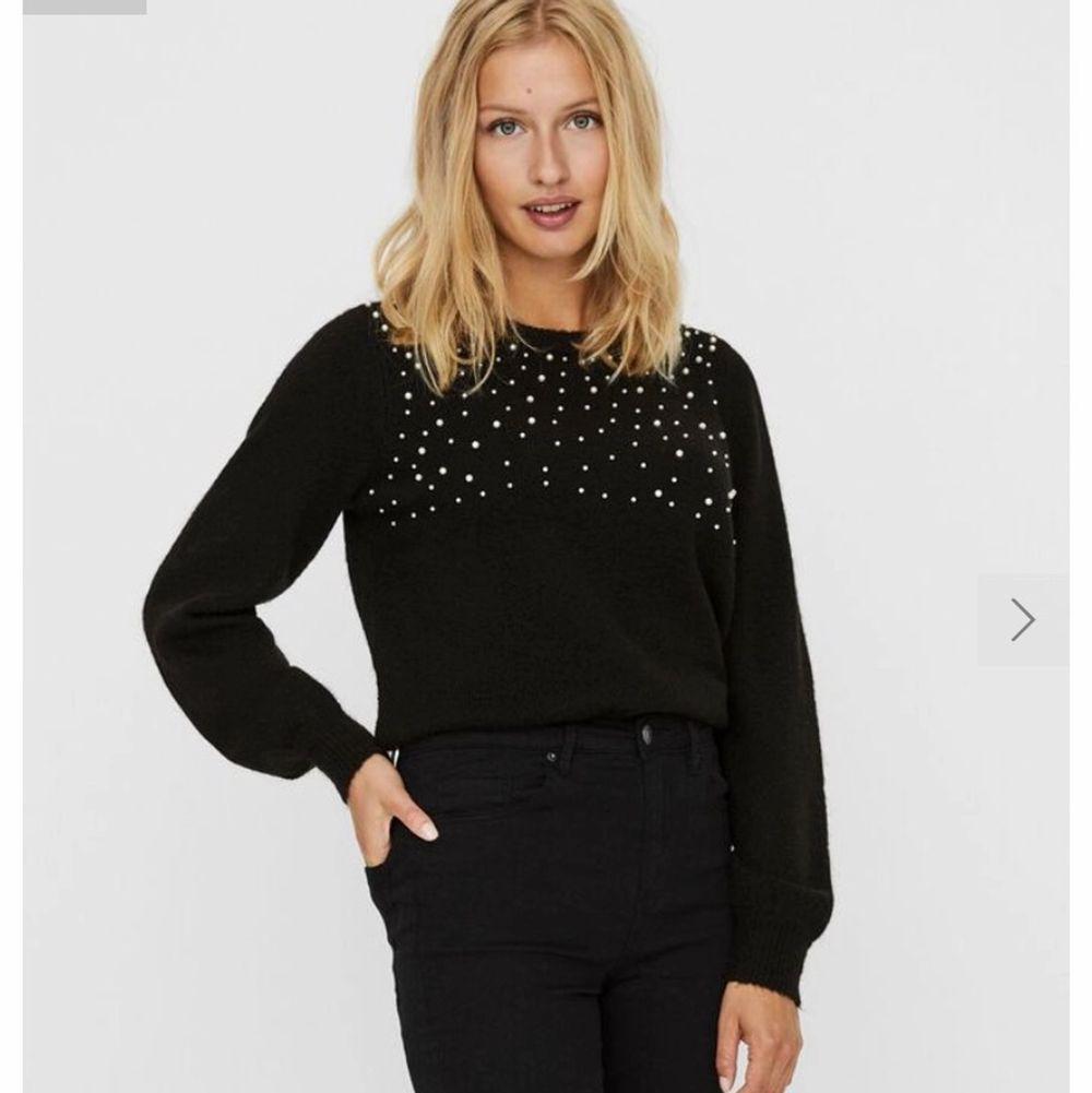 Fin Svart stickad tröja med pärlor i storlek S. Köpt för ca 1 månad sen men har inte använt och tror inte att jag kommer använda den. Den sitter jätte bra och allt men kommer inte till användning tyvärr. Köpt för 450kr . Stickat.