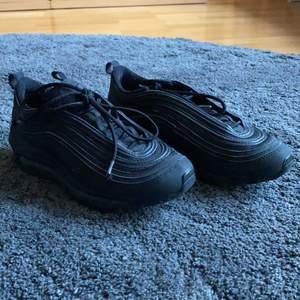 Säljer ett par Nike 97:or, köpte för 1 945kr på Zalando. Använda en del men inga slitskadot utom att skosnöret har gått upp lite på ena skon men det går lätt att fixa med tejp eller hacks på youtube. Säljer pågrund av att de är för små för mig! Kommer även tvätta skorna innan de säljs!