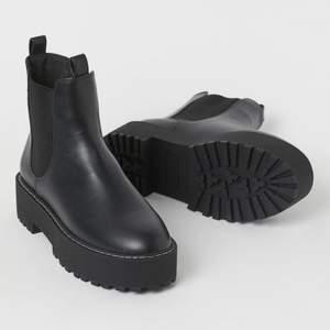 Näst intill lik skorna på bilden, bara lite lägre skaft! I nyskick, använda ett fåtal gånger. Boots i läderimitation med platåsula. Skickar gärna bilder för den som är intresserad, har även på mig skorna på alla Klädbilder jag säljer så kolla där! Först till kvarn!