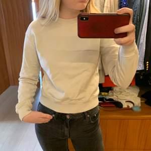 Ljus sweatshirt i storlek M