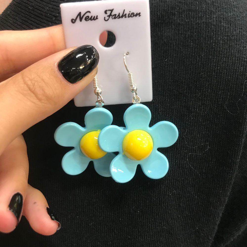 🌸 Jätte söta blommörhängen finns 2 sorter, 50kr styck(frakt kostar 15kr) Finns fler av dem blå 🌸. Accessoarer.