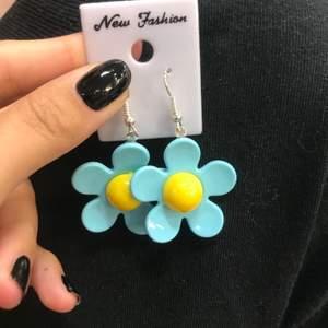 🌸 Jätte söta blommörhängen finns 2 sorter, 50kr styck(frakt kostar 15kr) Finns fler av dem blå 🌸
