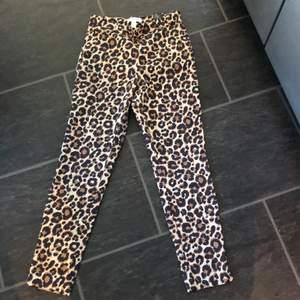Ett par leopard kostymbyxor ifrån H&M i strl 36. Säljs pga använder inte, använda ca 2 ggr.