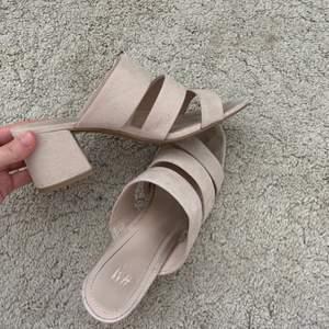 Beige/rosa sandaler i storlek 37 från H&M med en liten klack. Jättesöta och de är endast använda en gång för ett bröllop. Frakt tillkommer och hör av er vidare frågor🦋✨  170 KR INKLUSIVE FRAKT!❤️
