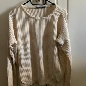 Stickad tröja storlek One size (passar XS-M) från Brandy Melville! Knappt använd🥰