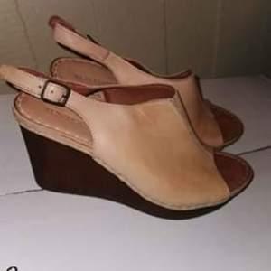 Säljer ett par äkta läder sandaler, stl 38 av märke Ten Points. Använt de 2 gånger, är fortfarande som nya. Det märks inte att jag har haft de
