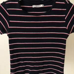 Jätte skön tröja från Pull&Bear, den är mörkblå med vita och röda sträck. Har ej använts så många gånger (2-3 gånger max). Tröjan är storlek XS men passar även S och M. Ordinarie pris: 100 kr