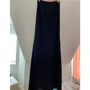 En fin svart maxikjol med slits i strlk M jätte fint skick 🌸 frakt tillkommer 🌸