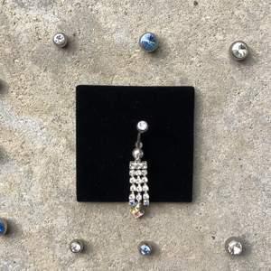 Navelpiercing från företaget Laboro. Beställ en navelpiercing med en unik Sten på den övre kulan (låskulan) välj vilken färg du du vill av valmöjligheterna. Smycket kostar 49 +25 om du vill ha kula där uppe med Sten.