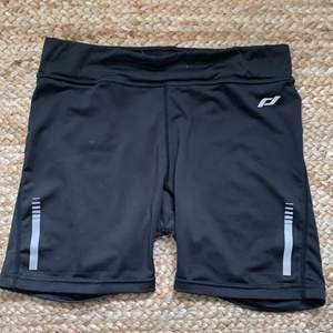 Svarta träningsshorts. Knappt använda men loggan på baksidan är borta pga tvätt. Fri frakt!
