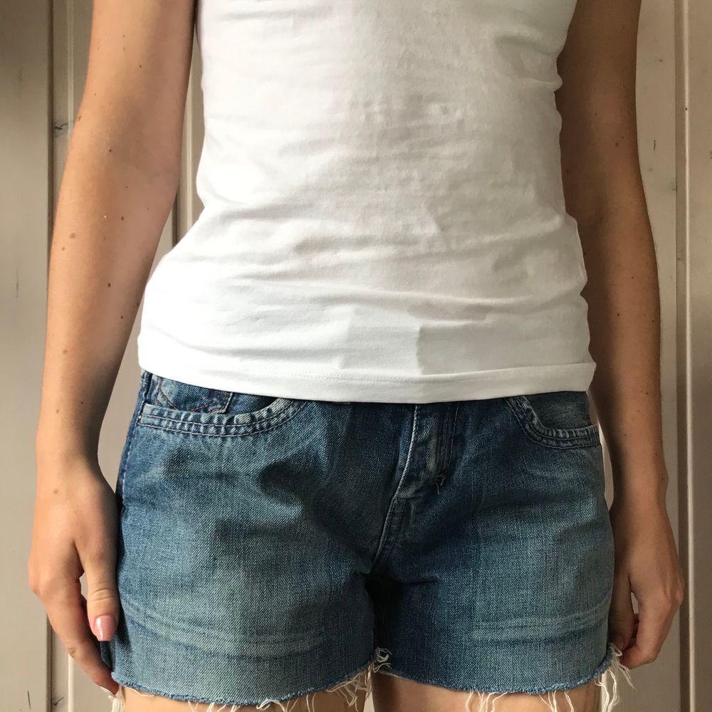 Säljer Levis shorts som endast är använda ett fåtal gånger och är i väldigt fint skick, säljer pga jag har flera stycken liknande. Dem är små i storleken och passar även stl W27 & W28 🌸 100 kr + frakt. . Shorts.