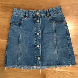 Så fin jeanskjol från topshop!! Köpt i london, inköpspris 499kr, storlek 34! Jättefin färg å så fin passform!! 116kr inklusive frakt!!