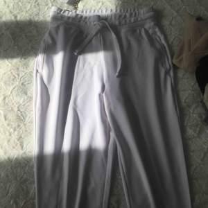 Fabletics mjukisbyxor i storlek M samt matchande croppad tröja i storlek S. Tagen kvar. Sättet säljs för 500 inklusive frakt men kan också säljas separat.