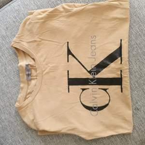 Fin calvin klein tshirt! Äkta, använd par gånger med väldigt sparsamt!
