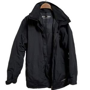 En svart, varm och mysig jacka från Everest i storlek S-M, tvättas innan den fraktas 🖤