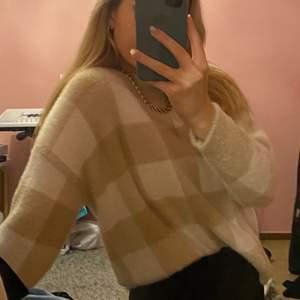 Nu säljer jag min rutiga tröja från Mango i strl M som tyvärr inte kommer till användning. Liten storlek, passar      XS-M beroende på hur man vill ha passformen. Varm och jätte skön som passar perfekt nu till vintern. 280kr, frakt tillkommer. Kontakta vid intresse, frågor mm❤️
