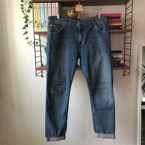 Blåa Friday-jeans från Weekday. En gång mina favoritjeans, nu tyvärr för stora. Passar vidare dem till den som är lycklig nog att ha 36 i midja.