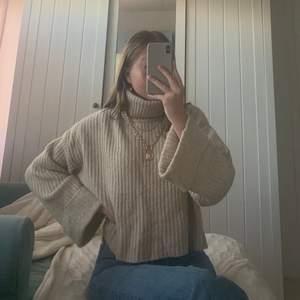 Säljer denna beiga stickade tröja från Gina tricot! Längesen jag köpte den så kommer inte ihåg nypriset men börja buda från 150! Köparen betalar för frakten!