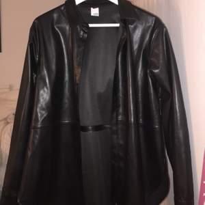 Svinsnygg skjorta i skinn som man kan ha som en tunnare jacka! Köptes i somras men kommer aldrig till användning... köptes för 400kr