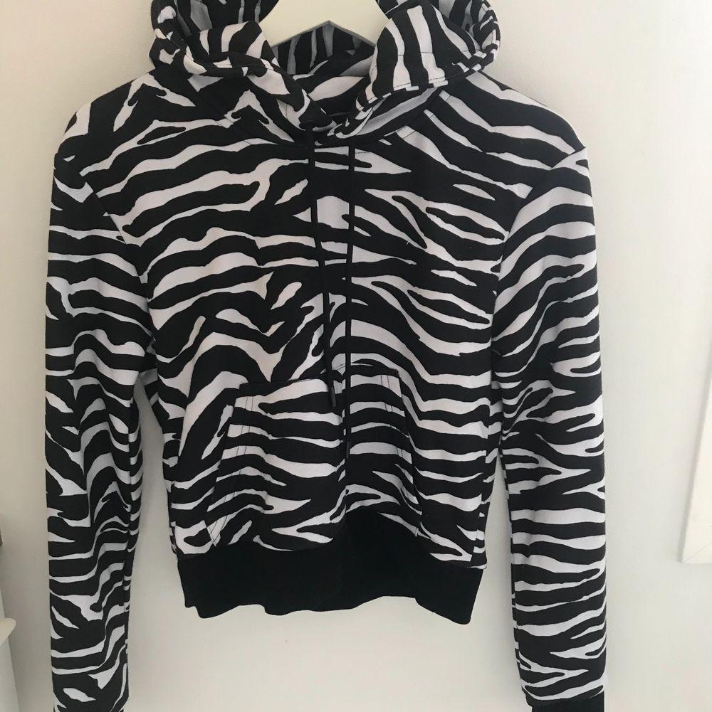 En zebramönstrad hoodie från nakd som endast har använts 1 gång.                                                          Köparen står för frakt!. Huvtröjor & Träningströjor.