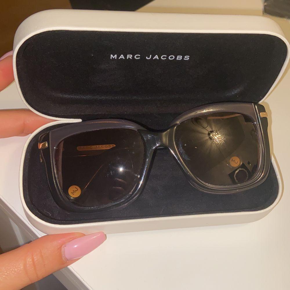 Säljer mina andra solglasögon, självklart äkta med kvitto. Inga repor och använt väldigt sparsamt. Kommer med paket och putsduk. Vid fler bilder kontakta mig. Nypris: ca 3795 säljer för 1250kr 🕶🌸. Accessoarer.