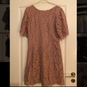 Nuderosa superfin klänning från Nelly i storlek 40. Använd en gång. Säljes för 220kr inkl frakt🥰