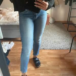 Ett par jeans som är slitna ner till. Dom är väll använda men ändå i ett bra skick. Dom är i storlek 40 men passar mig som brukar vara 36/38. Frakt tillkommer